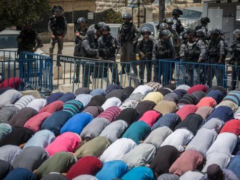 Мусульмане стали молиться на дорогах Иерусалима взнак протеста